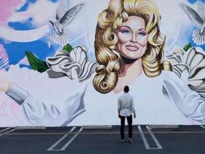 Gay Costa Mesa Club Pays Tribute to Dolly Parton With New Mural